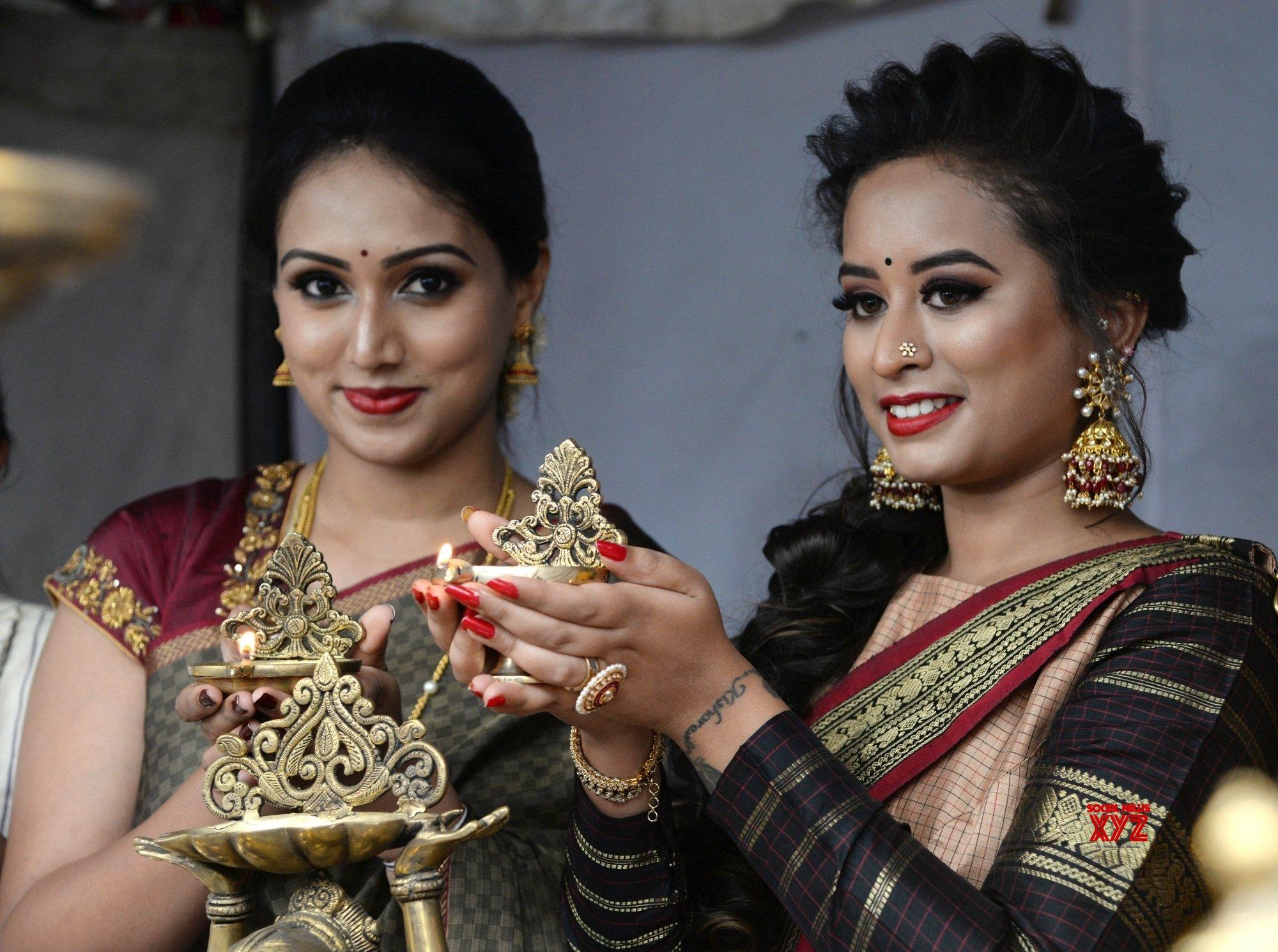 "Bengaluru: Spoorthi, Savitha Devaraj Reddy inaugurate ""Bangalore Utsav Diwali Shopping Carnival"" #Gallery"