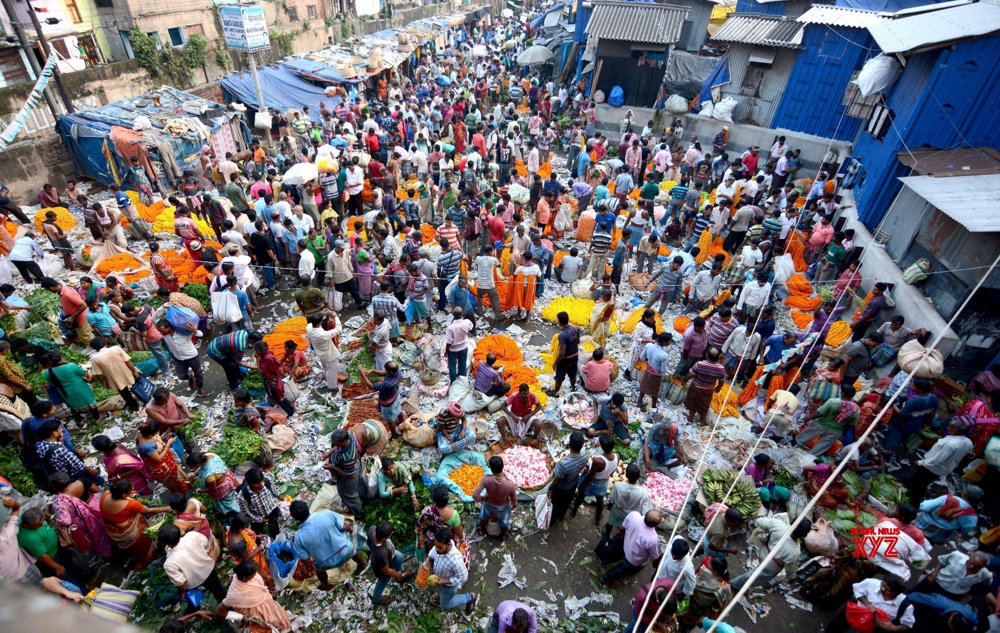 Kolkata: Busy flower market on Laxmi Puja eve #Gallery