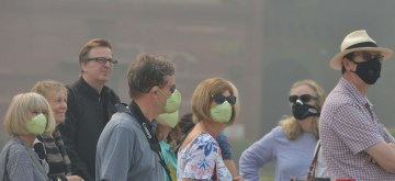 New Delhi: Tourists wear masks to protect themselves from air pollution as toxic haze continues to engulf the national capital, on Nov 13, 2019. The Delhi air quality index (AQI) is at emergency levels again on Wednesday with an overall count of 476 and not much relief is expected for the next two days till Friday. While overall AQI is in the severe category, PM10 count is at 489 and PM2.5 at 326 is also in the severe category. (Photo: IANS)
