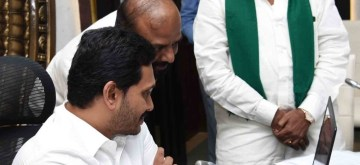 Vijayawada: Andhra Pradesh Chief Minister Y.S. Jagan Mohan Reddy launches the new website of 'Agriculture Mission', at a review meeting in Vijayawada on Nov 18, 2019. (Photo: IANS)