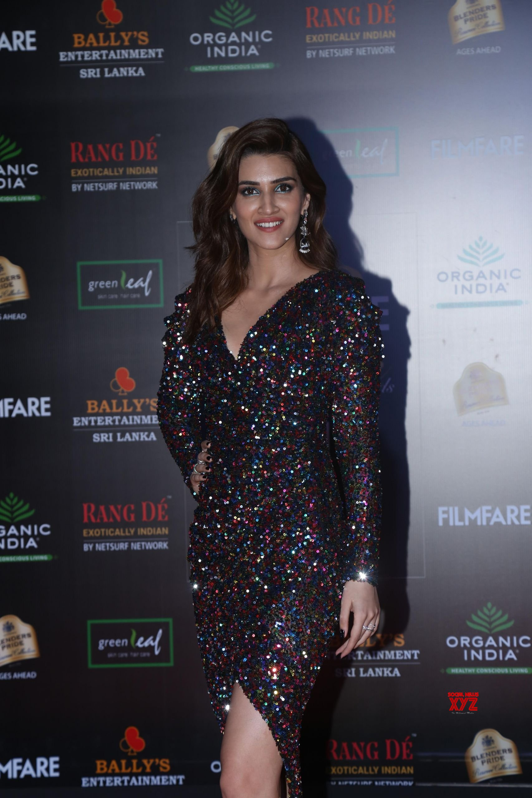 Actress Kriti Sanon Hot HD Stills From Filmfare Glamour And Style Awards 2019 Red Carpet
