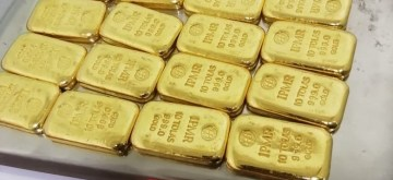 Kannur: Customs Air Intelligence Unit team seized 2.336 kilograms of gold during rummaging. AIU has also seized 3.5 kilograms of saffron from checked in baggage of another carrier after it was detected during scanning in Kannur. (Photo: IANS)