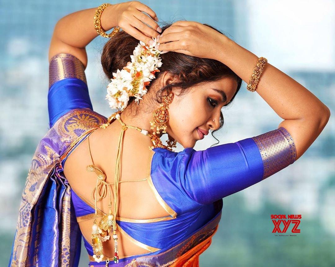 Actress Anupama Parameswaran Latest Glamour Stills In Traditional Saree