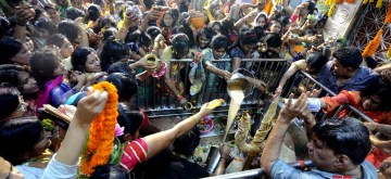Kolkata: Devotees perform rituals during Maha Shivaratri at Bhutnath temple in Kolkata on Feb 21, 2020. (Photo: IANS)