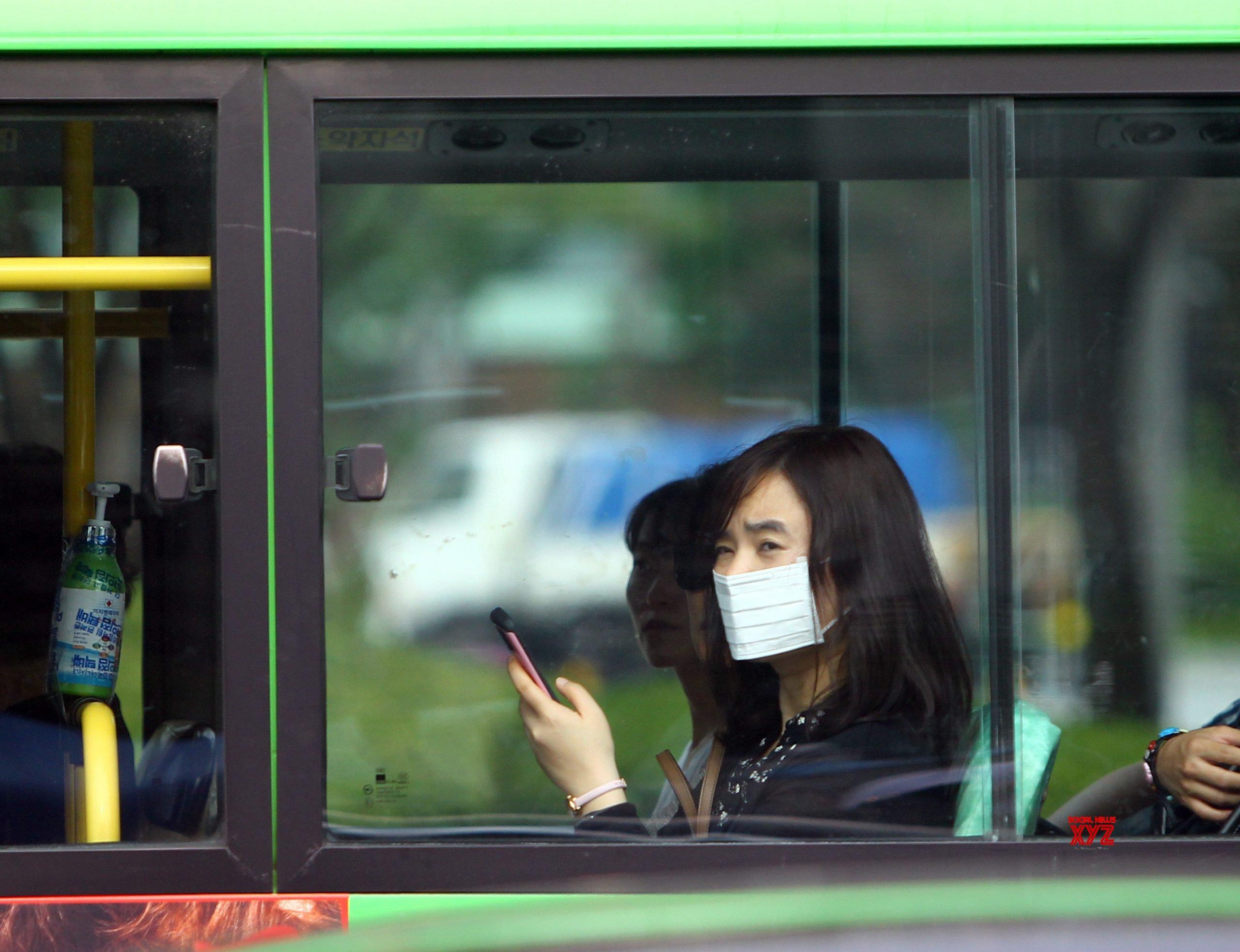 Resultado de imagen de korean celebs mask public transport