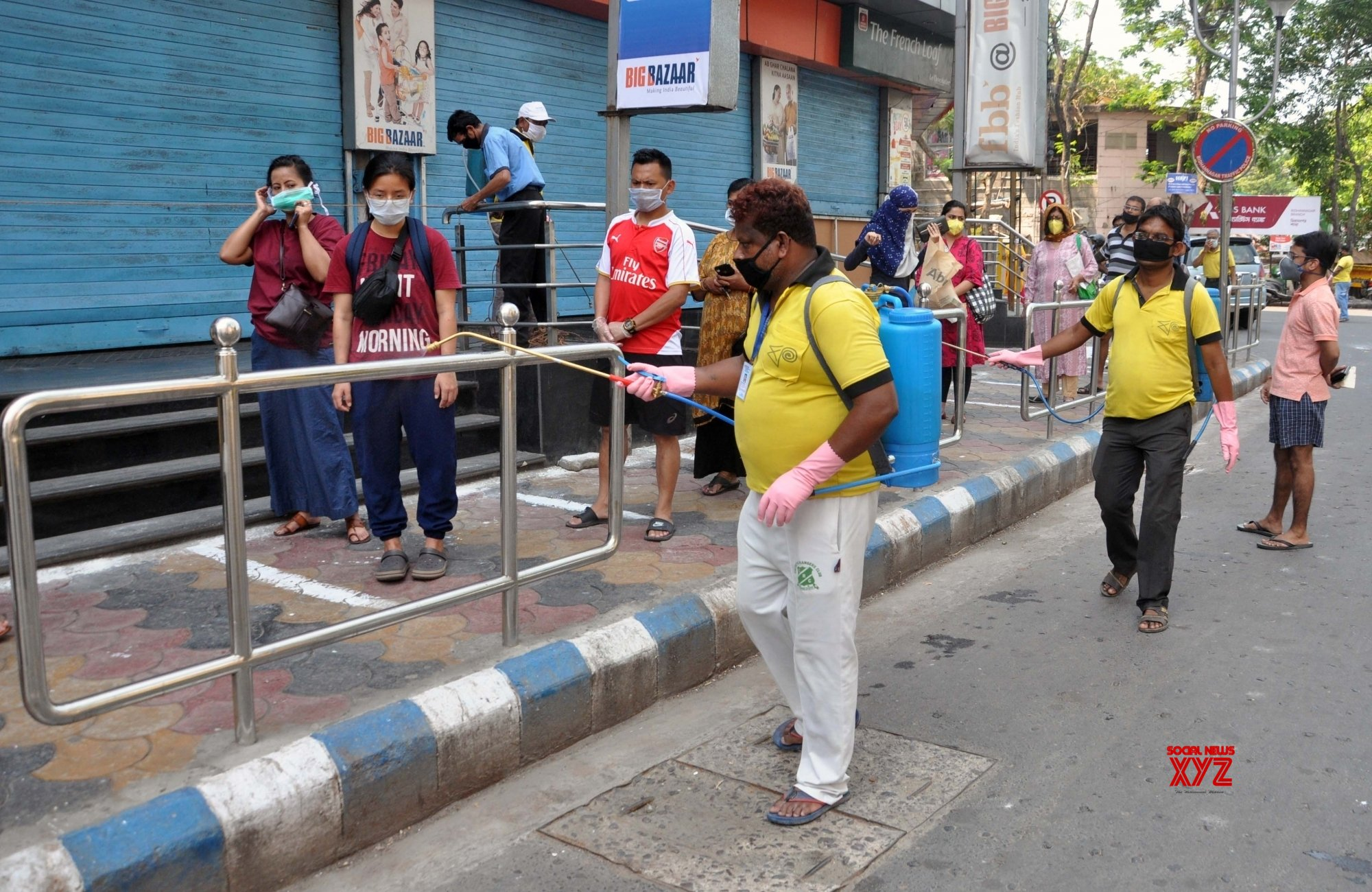 Kolkata: Municipal Corporation workers spray disinfectants on Day 2 of nationwide lockdown #Gallery