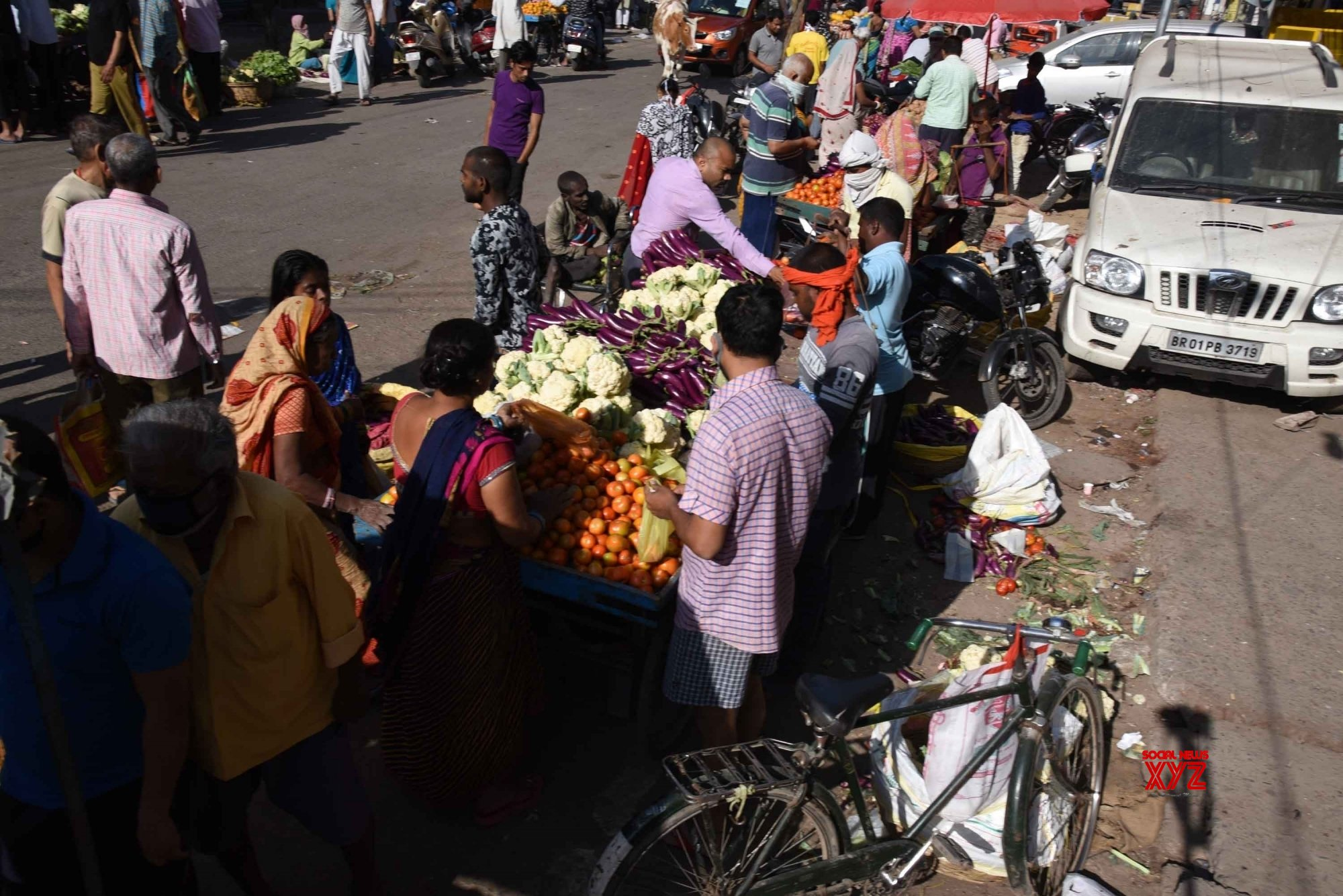 Patna: People buy essentials amid lockdown #Gallery