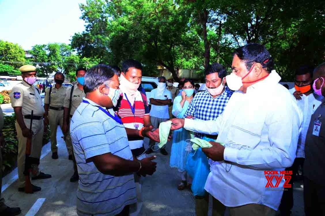 Warangal: Telangana Minister distributes masks among people #Gallery