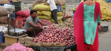 Amritsar: Onions being sold at a market in Amritsar on Nov 6, 2019. Onion prices which have been rising for weeks now have crossed the psychological mark of Rs 100 a kg. In the light of public concern over high prices of onions in the market, the Ministry of Agriculture today decided to allow relaxation from the condition of fumigation and endorsement on PSC as per the Plant Quarantine Order, 2003 for onion imports up to November 30. (Photo: IANS)