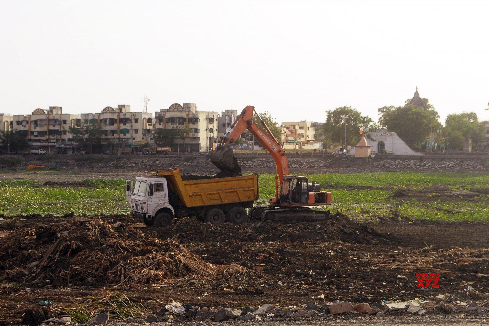 Nagpur: Sakkardara Lake goes dry amid rising temperatures #Gallery