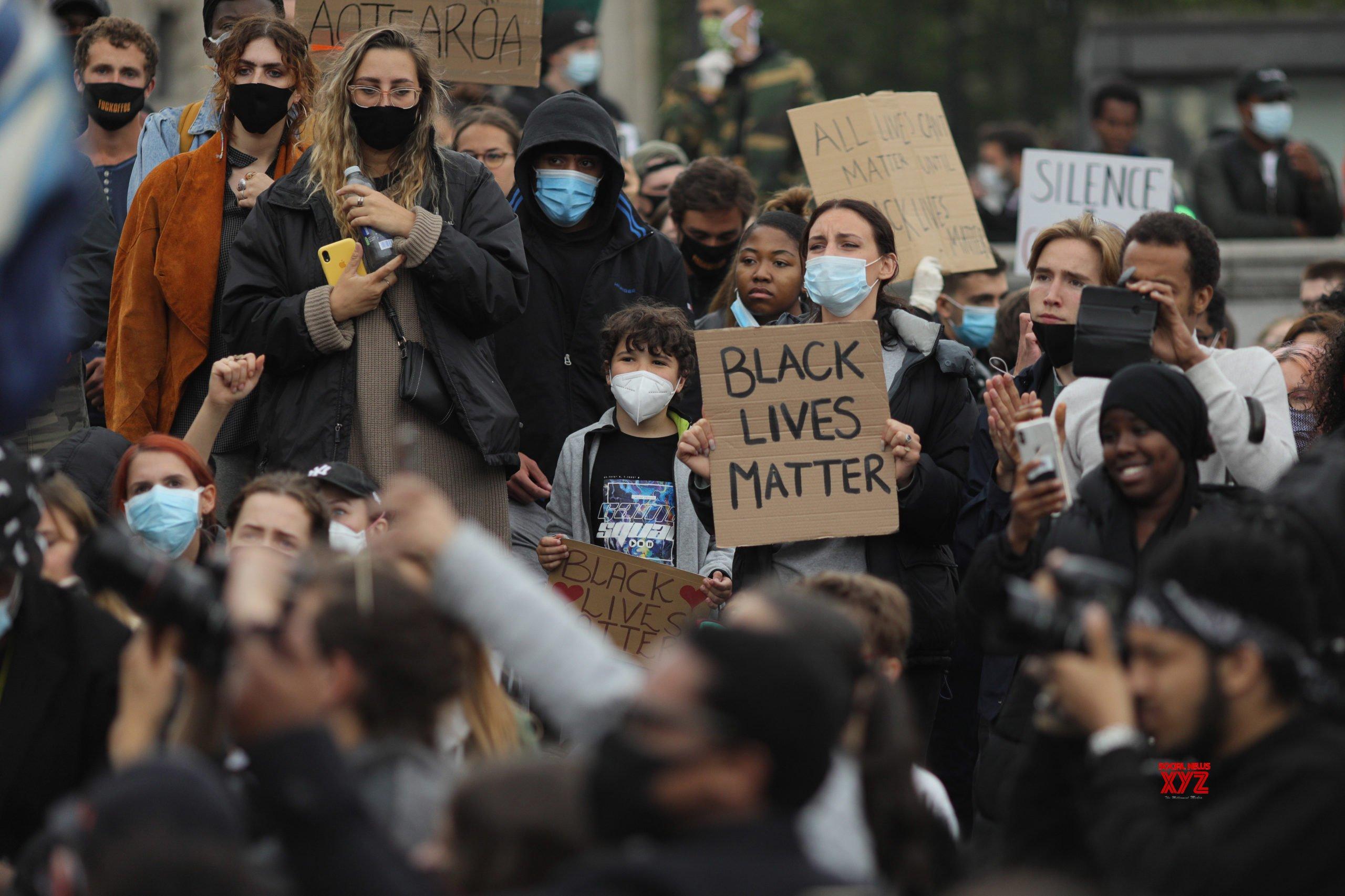 Police clash with far-right protestors in London