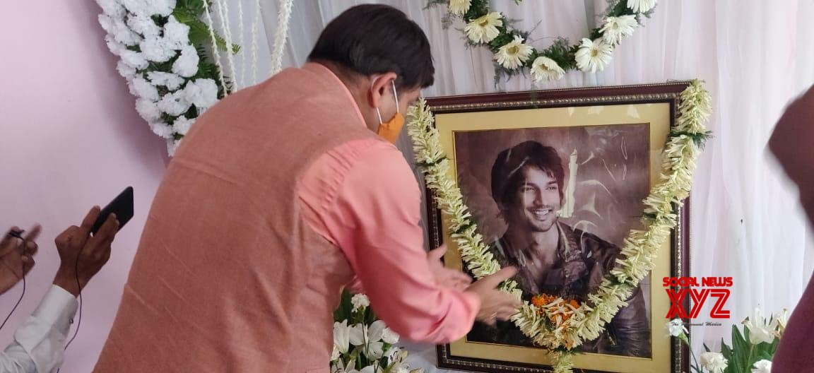 Patna: Manoj Tiwari visits Sushant's residence, pays his condolences  #Gallery - Social News XYZ