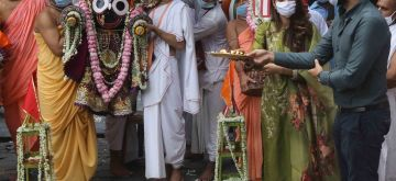 Kolkata: Actress and TMC MP Nusrat Jahan accompanied by her husband Nikhil, performs rituals as they participate in a symbolic procession marking the Ulto Rath Yatra or the return chariot journey of lord Jagananth and his two siblings, after the actual procession was cancelled amid concerns over the spread of COVID-19, in Kolkata on July 1, 2020. (Photo: IANS)