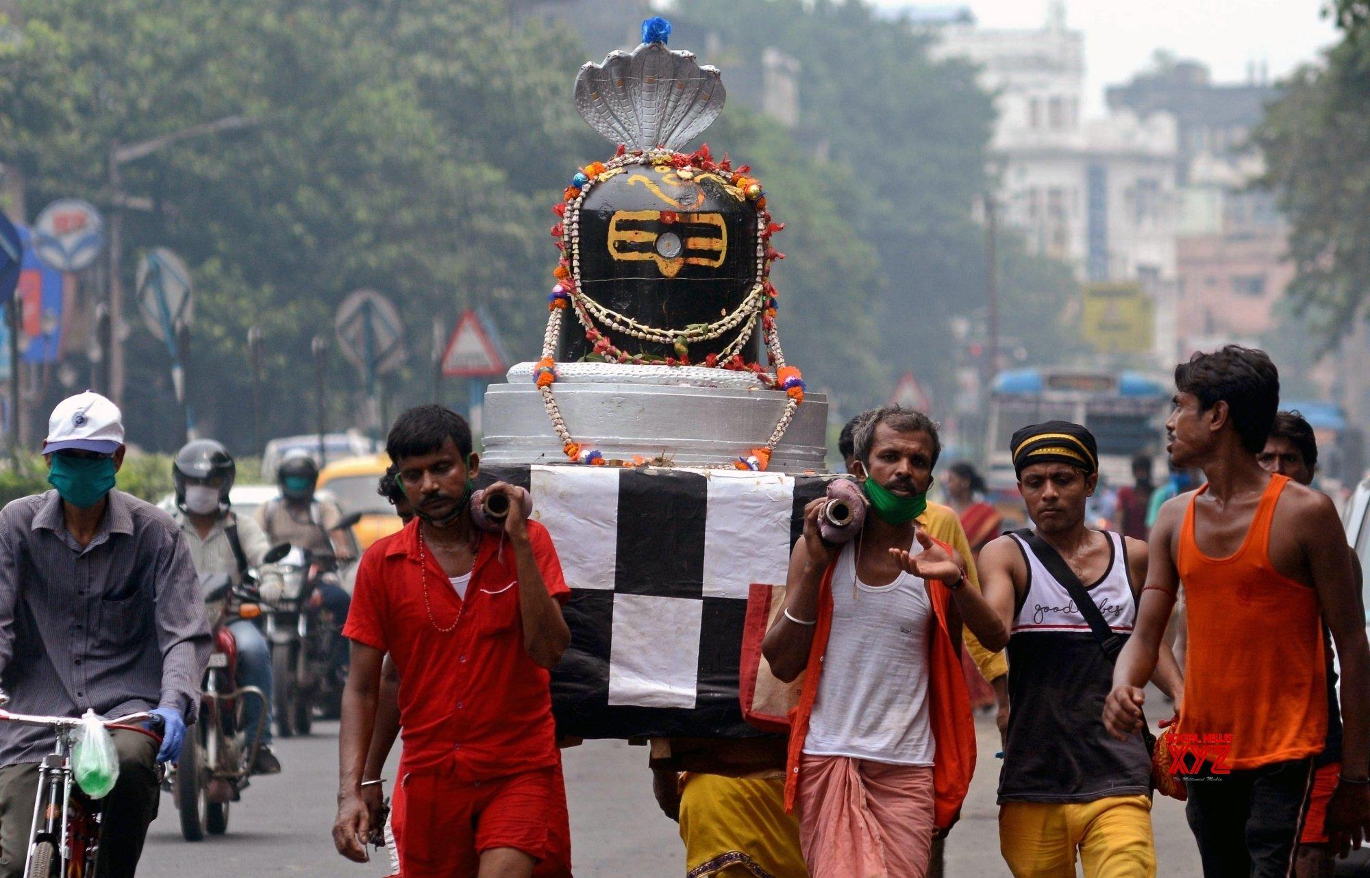 Kolkata: Devotees observe Sawan Somwar #Gallery