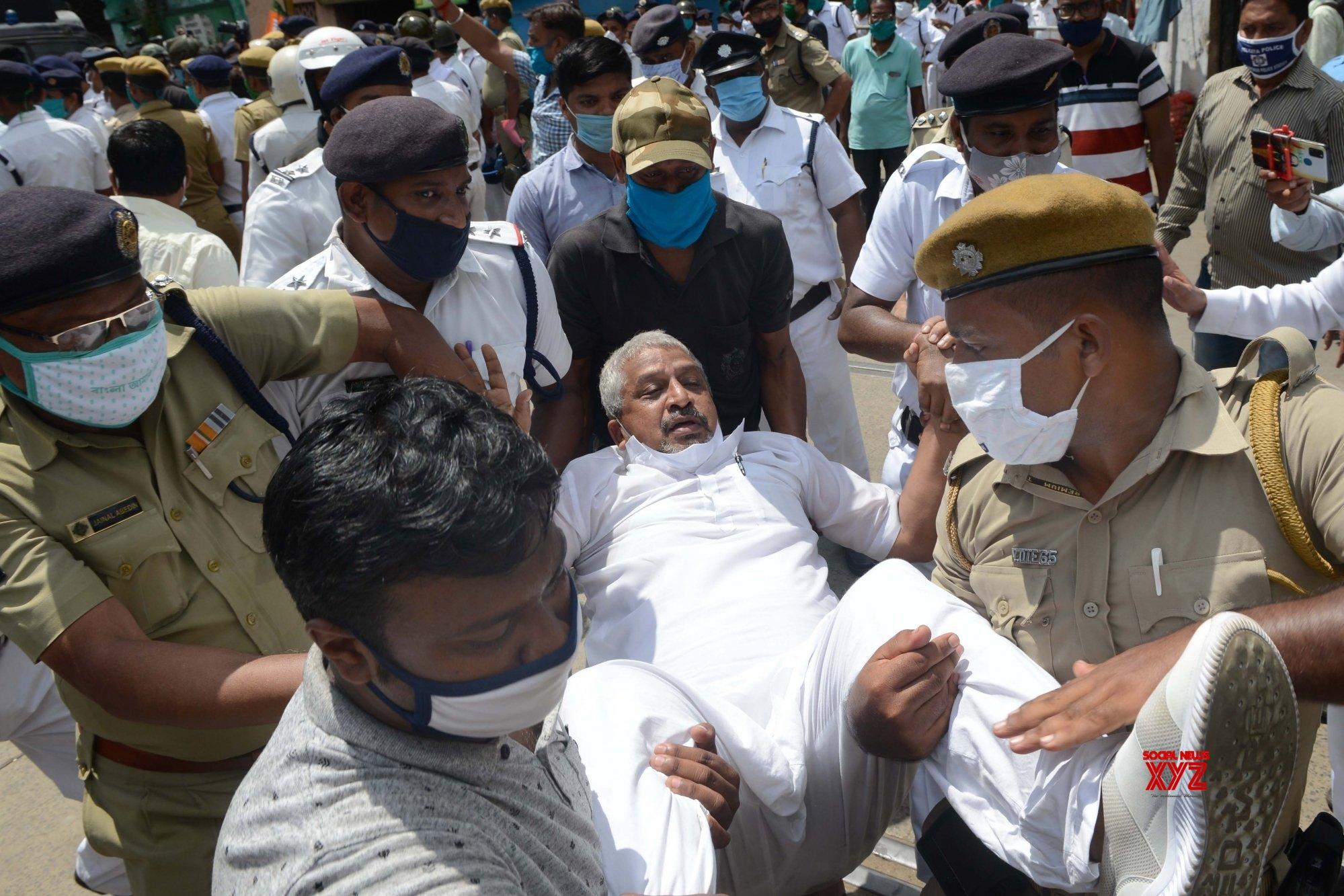 Kolkata: BJP protests against police barring families of deceased BJP workers from performing 'tarpan' at Bagbazar #Gallery