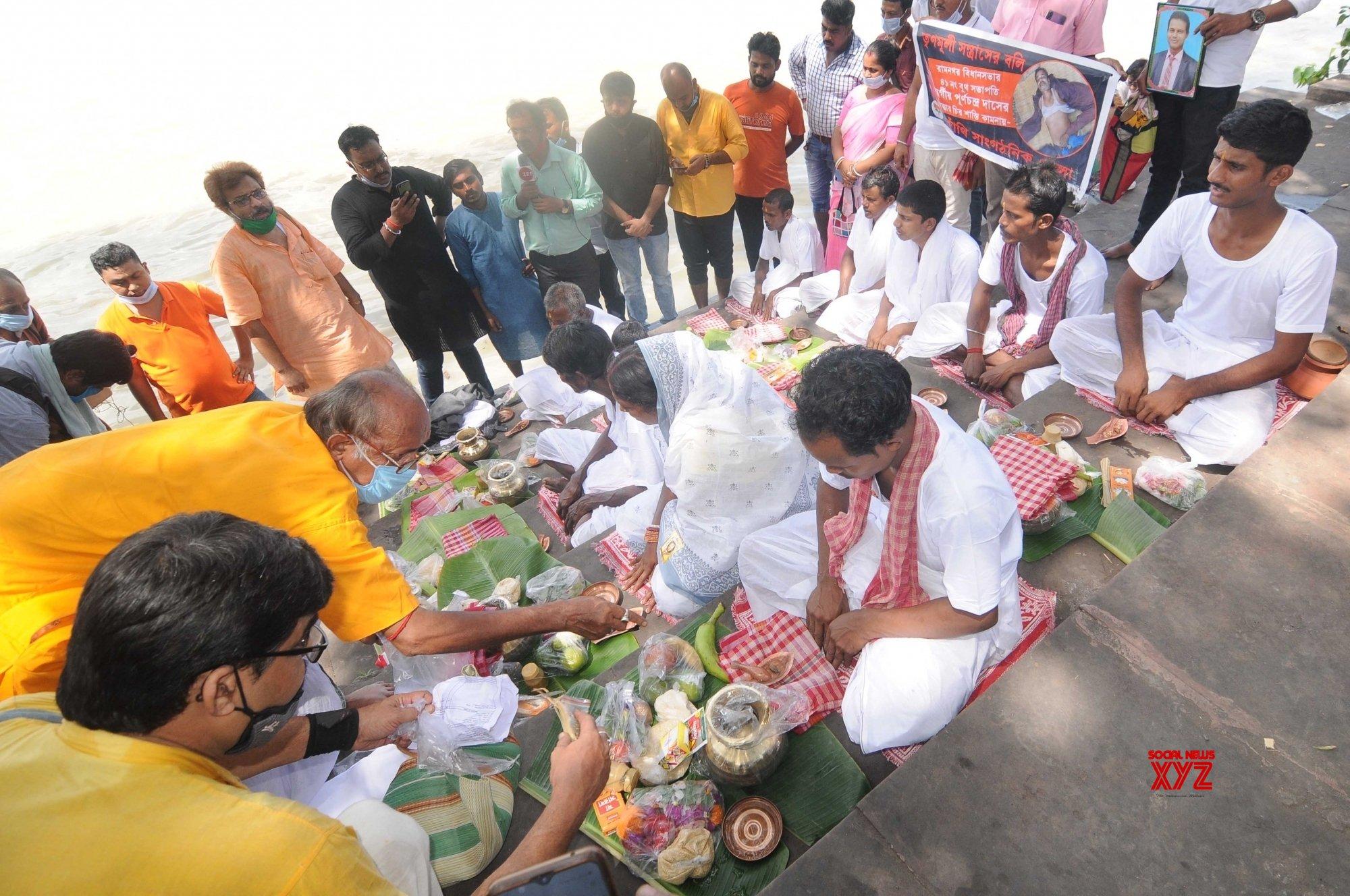Kolkata: Family members of deceased BJP workers perform 'tarpan' at Golabari ghat #Gallery