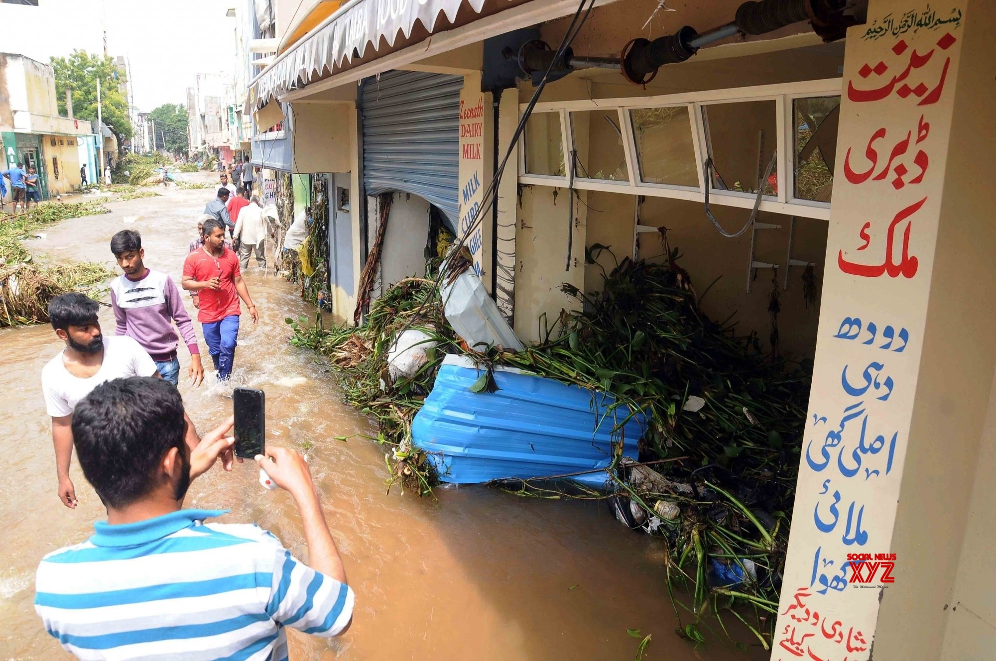 Hyderabad: Roads blocked due to heavy rain flood water in Hafeez Baba Nagar #Gallery