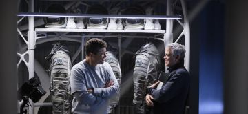 THE MIDNIGHT SKY (2020)Kyle Chandler and director George Clooney on the set of The Midnight Sky. Cr. Philippe Antonello/NETFLIX ©2020