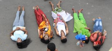 Kolkata: Devotees perform rituals on the banks of the Ganga river during Chhath Puja celebrations in Kolkata on Nov 20, 2020. (Photo: IANS)