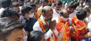 Hyderabad: Telangana BJP President Bandi Sanjay Kumar accompanied by party workers, arrives to offer prayers at the Bhagyalaxmi temple near Hyderabad's Charminar on Nov 20, 2020. (Photo: IANS)