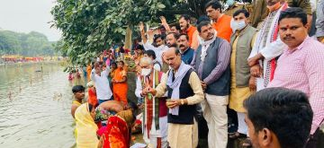 Union Minister and BJP MP Ashwini Kumar Choubey visited the banks of the Ganga river to greet devotees on the occasion of Chhath Puja, in Patna on Nov 20, 2020. (Photo: IANS)
