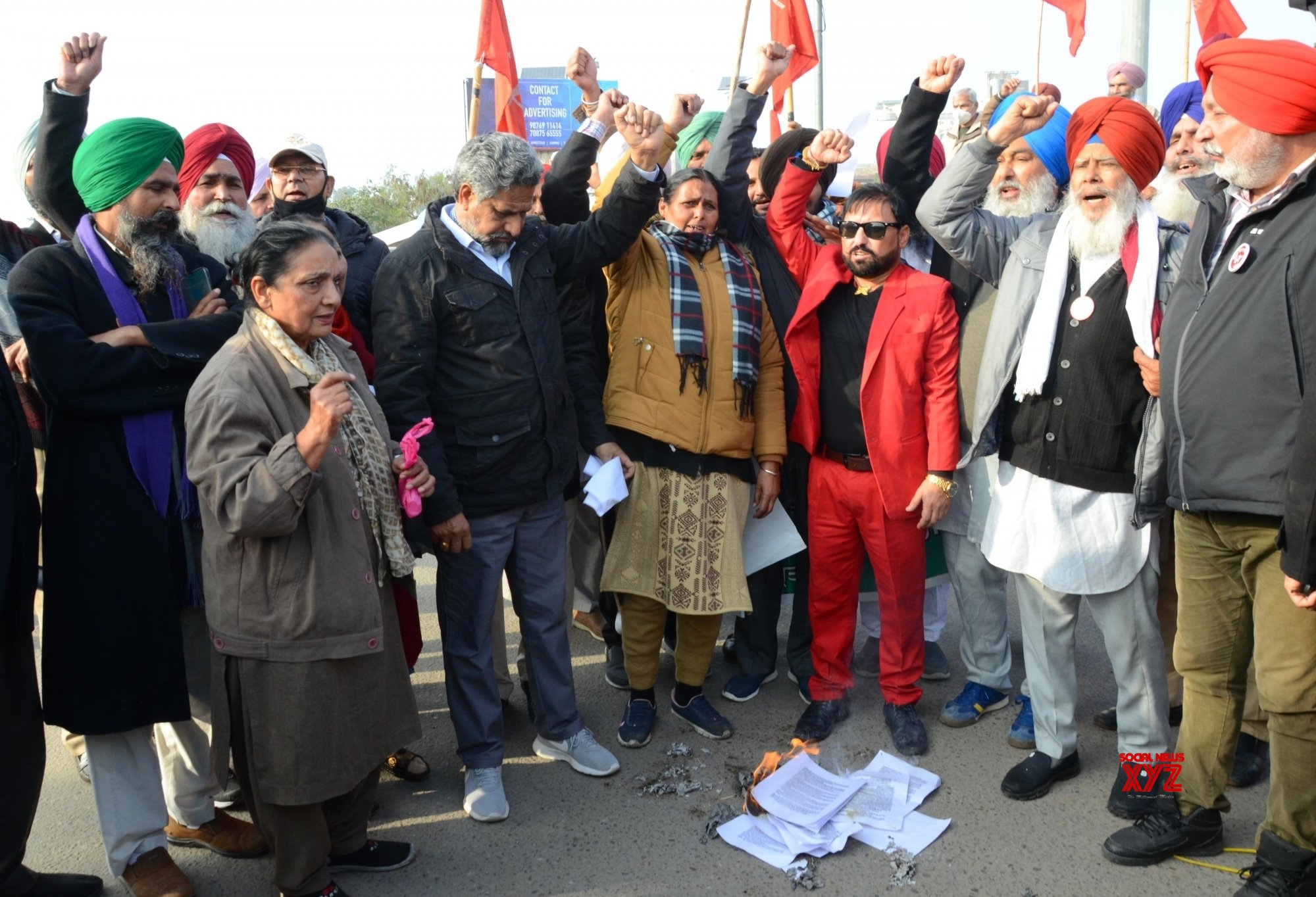 Amritsar: Farmers along with other organisations burn copies of recent agricultural reforms #Gallery