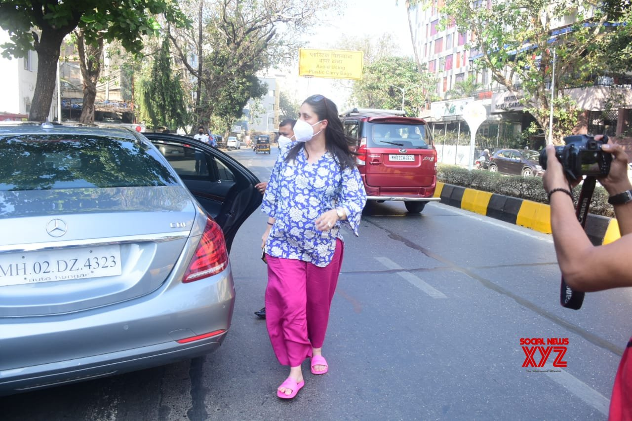 Actress Kareena Kapoor Spotted At Juhu Gallery