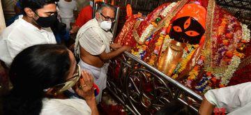 Kolkata: West Bengal Chief Minister & TMC supremo Mamata Banerjee performed rituals at Kalighat Kali temple in Kolkata on May 2, 2021. Pix IANS.