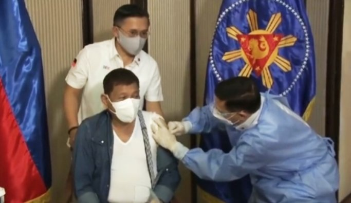 Philippine Prez receives Chinese Covid vax