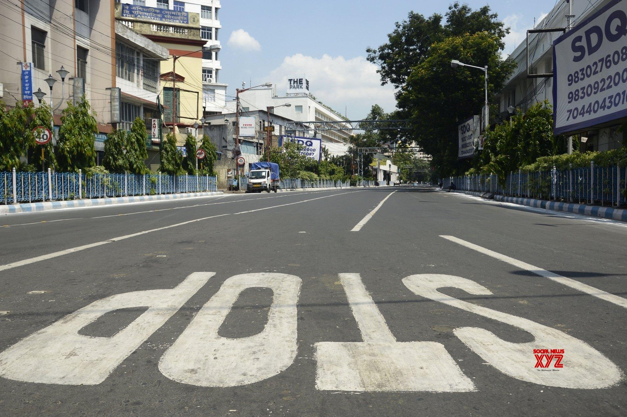 Kolkata: Roads are deserted looks at evening during lockdown on Coronavirus pandemic - in Kolkata. #Gallery