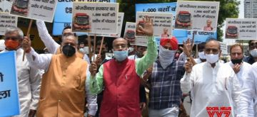 Delhi: Former Union Minister Vijay Goel with supporters demonstration against Delhi govt. for 1000 bus deal scandal at ITO Chowk in new Delhi on Saturday June 19, 2021(Photo: Wasim Sarvar/IANS)