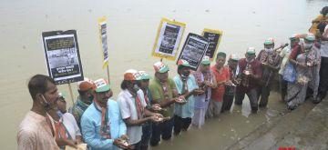 Kolkata: Youth Congress activists perform Tarpan ritual at River Ganga ghat in memory of youth Congress activists killed during July 21, 1993 protest rally in Kolkata on Wednesday, July 21, 2021. (Photo: Kuntal Chakrabarty/IANS)