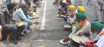 New Delhi: Farmers take lunch during their protest against three farm laws amid monsoon session of Parliament at Jantar Mantar in New Delhi on Thursday, July 22, 2021. (Photo: Qamar Sibtain/ IANS)