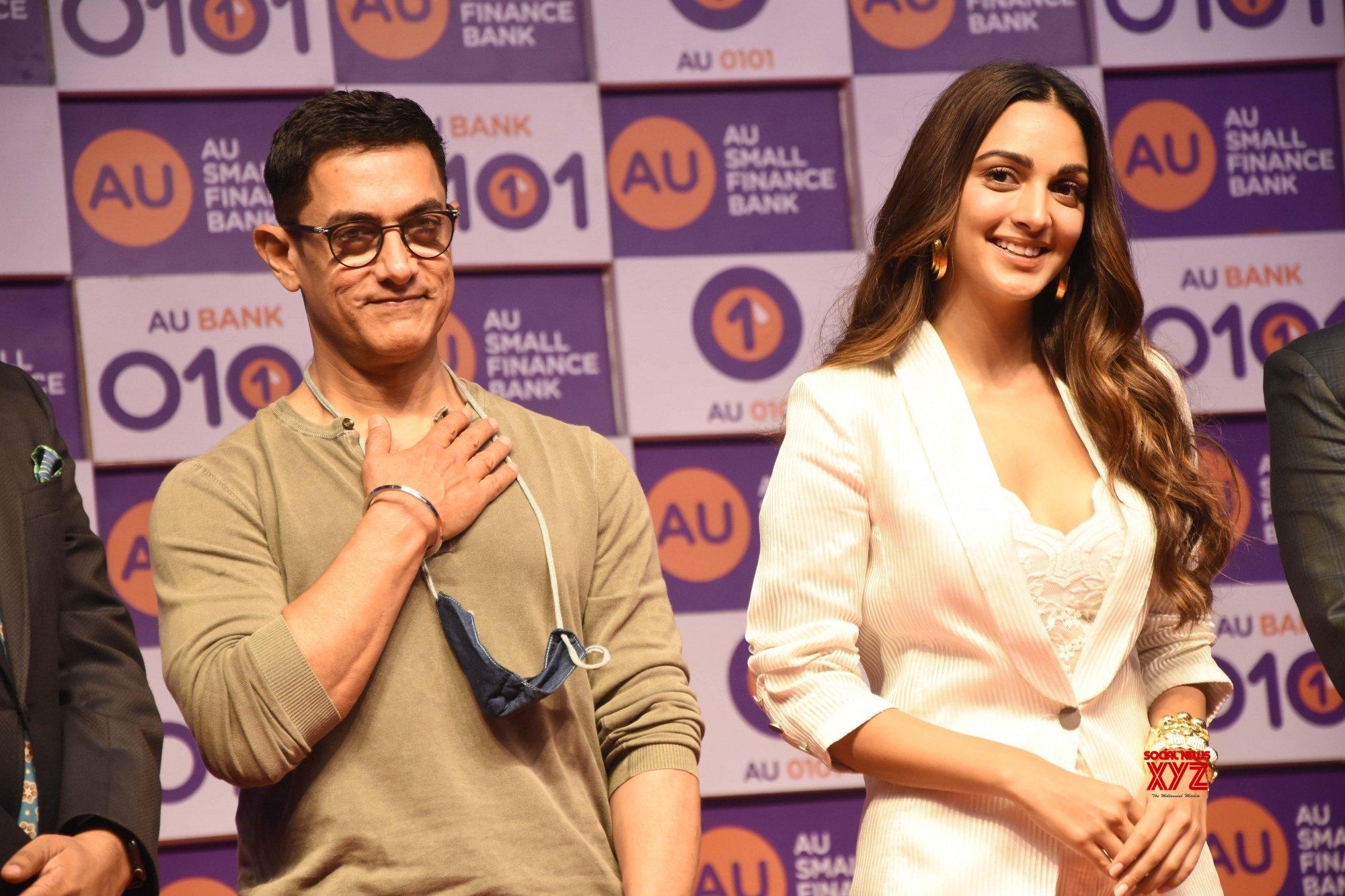 Mumbai: - Aamir Khan and Kiara Advani with Sanjay Agarwal, MD & CEO, AU Small Finance Bank in Santacruz, Mumbai on Wednesday August 11, 2021 #Gallery