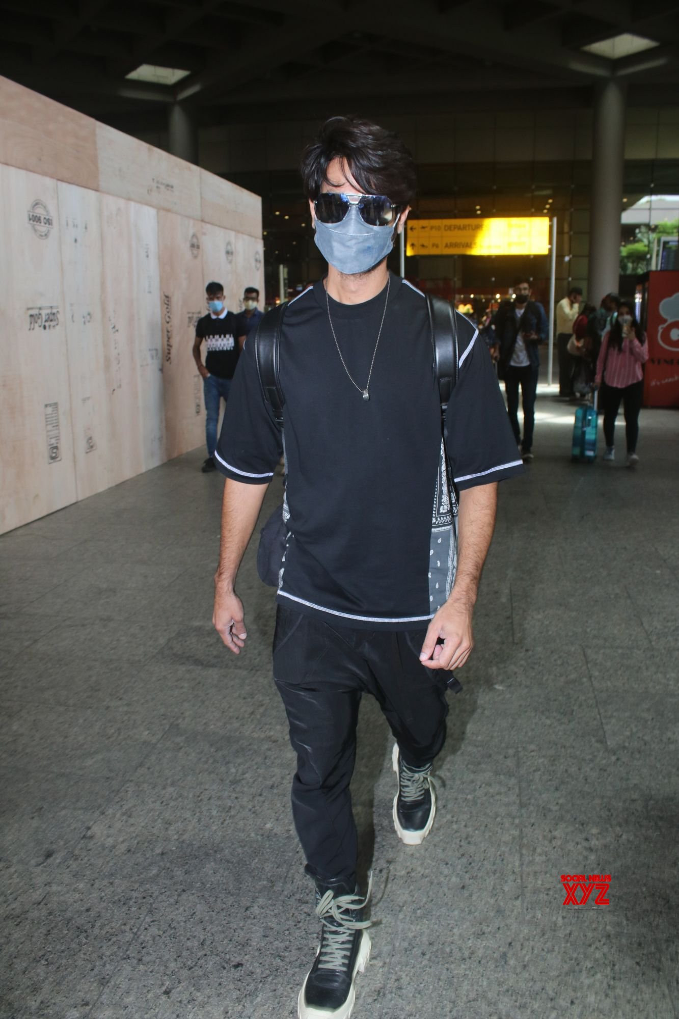 Shahid Kapoor Spotted At Airport Arrival - Gallery