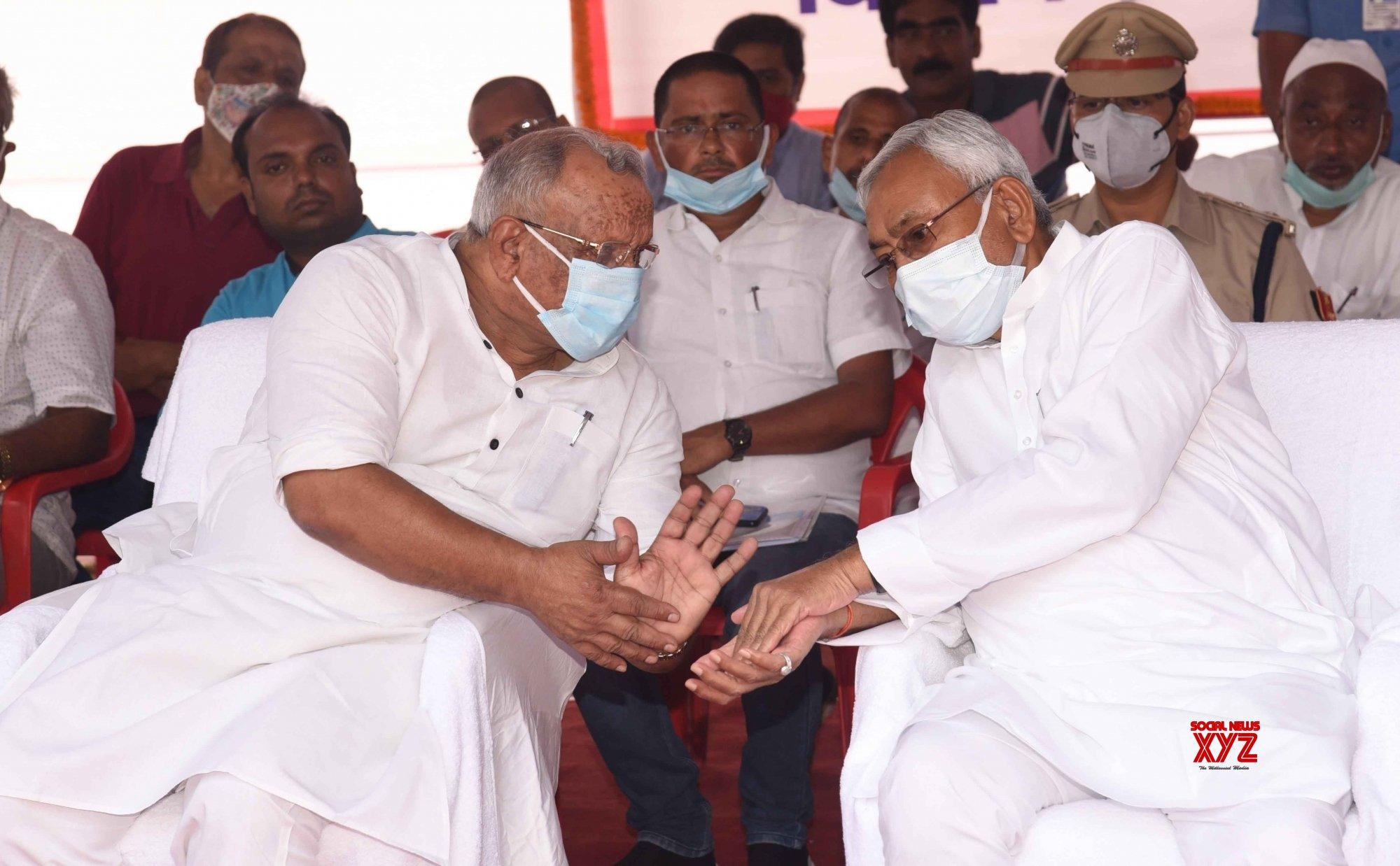 Patna: Bihar Chief Minister Nitish Kumar with Governor Fagu Chouhan on the death anniversary of veteran leader Dr. Ram Manohar Lohia in Patna #Gallery