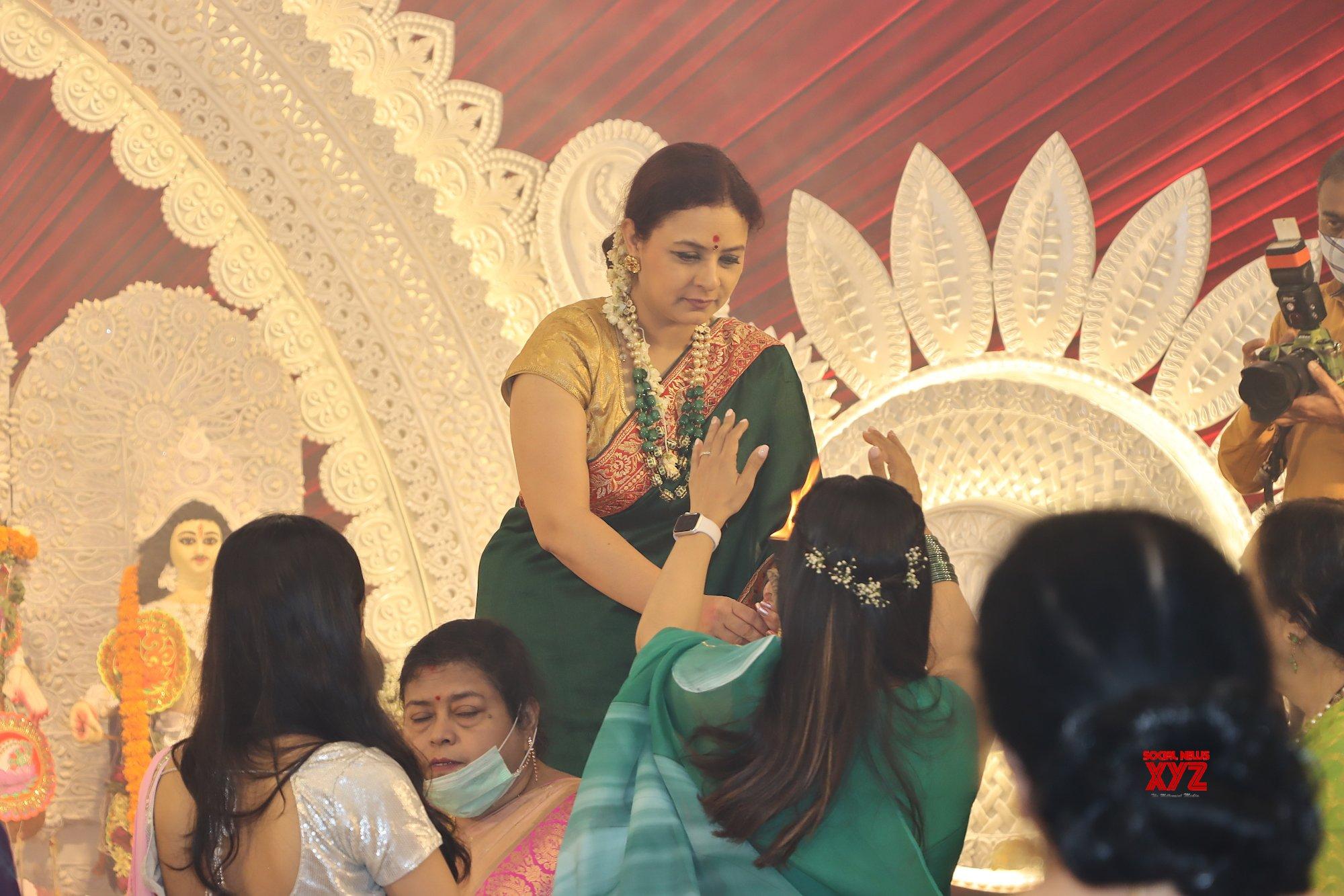Kajol, Debina Bonnerjee, Gurmeet Choudhary, And Many More At North Bombay Durga Puja Samiti HD - Gallery
