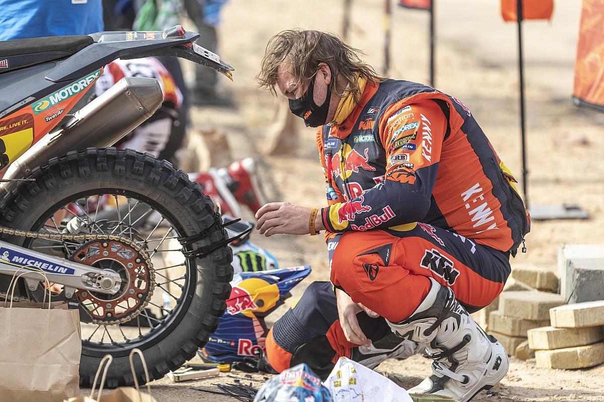 Toby Price osserva la gomma riparata durante la Parigi-Dakar