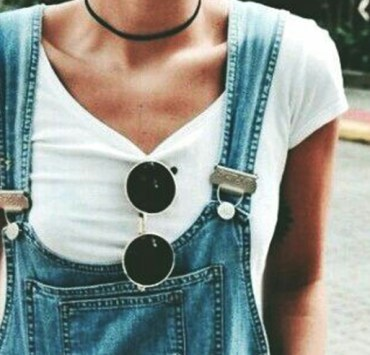 From chokers to dungarees, there are so many cute 90s fashion trends that are making their way back around. These are looks you need to copy right now!