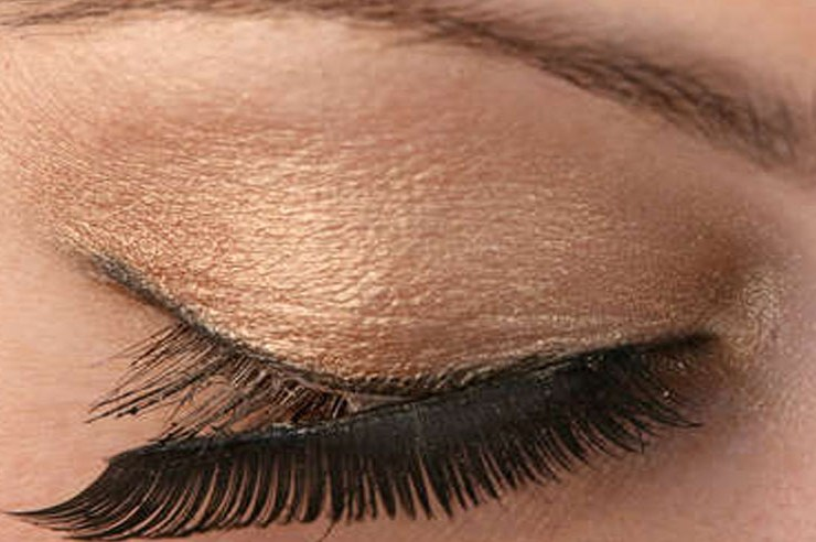 False eyelashes are super fun to play with and can change your whole entire look, but it's also important to maintain the quality of them. If you're wondering how to remove false lashes, this is the best way!