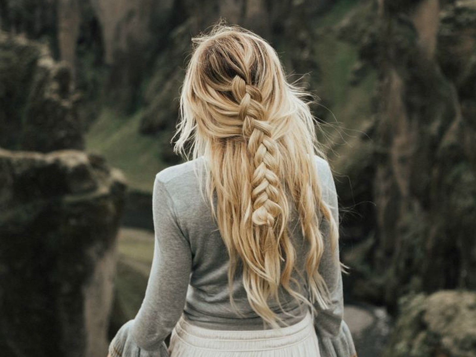 If you're wondering how to get natural highlights this summer, then these are the best remedies that people use to do it! Brighten your blonde, and give a lift to that dull brunette hair colour using these techniques!