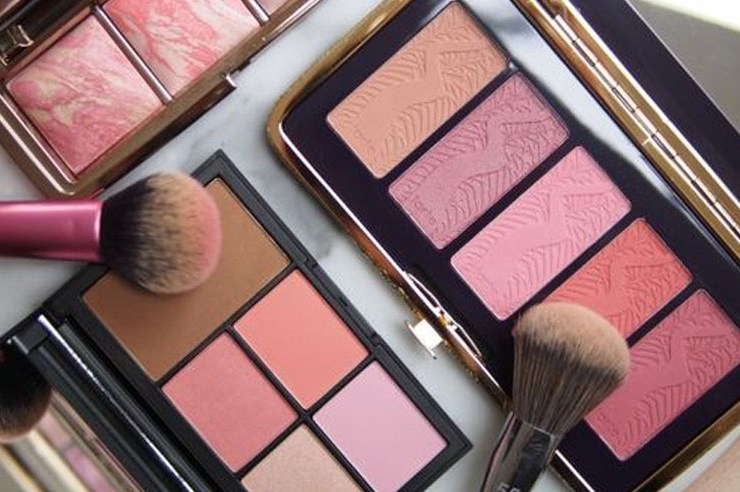 Bronzer or blush? Why not both. Using the two products will give you a pretty flush. Blush and bronzer are a perfect combination for a natural makeup look you can wear on a daily.
