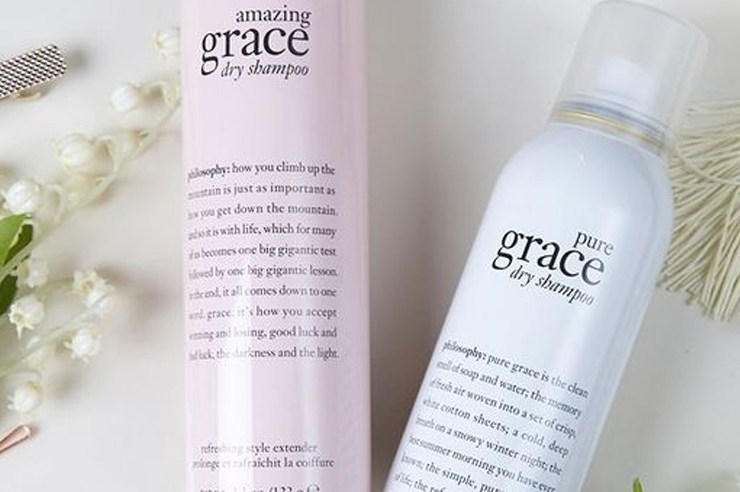 If you straighten or curl your hair a lot, you may find that you've damaged your hair. Look no further, as this is the best dry shampoo for damaged hair! We all know washing your hair everyday is bad enough, so you might as well invest in a repairing dry shampoo!