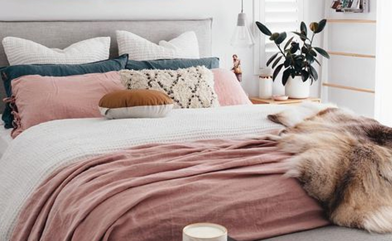 There's no doubt that millennial pink has taken over as youths favourite colour. And now these millennial pink home decor picks will allow you to bring millennial pink straight into your flat! Find this colour in vases, rugs, bedding, furniture, and more!