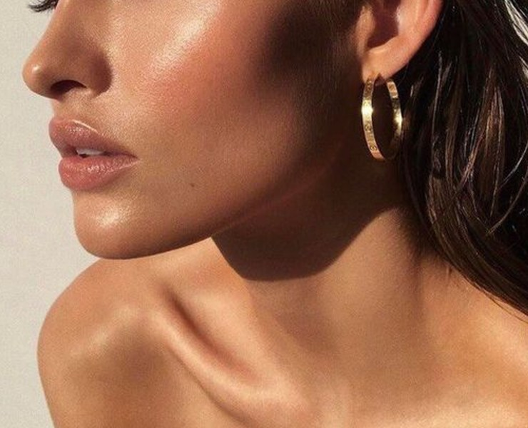 Wondering how to get dewy skin? It's the beauty look everyone wants. These are our best tips for dewy skin that will give you the perfect glow for summer!