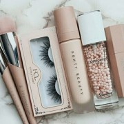 Take a look at these best fake eyelashes that will have you rocking your full makeup look. These fake eyelashes are stunning and easy to wear.
