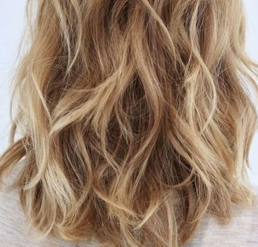 If you have frizzy hair and can't figure out what style fits you best, check out these haircuts for frizzy hair that will look great on you!