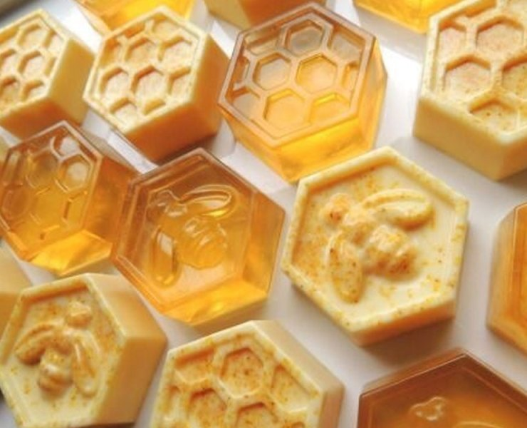 Here is why your beauty routine needs honey included into it. This honey beauty routine is essential to skin and beauty due to all of it benefits.