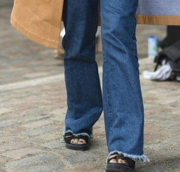 Knowing how to wear flares is more important than you think this autumn! We've got all the tips and tricks for you to tackle this trend!