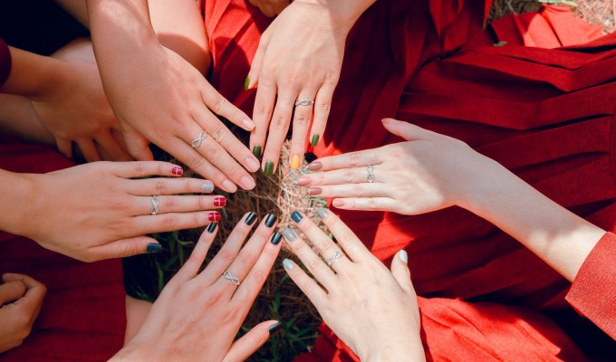 These autumn nail colours will make your hands stand out this fall! We've put together a list of some of the best colours for you!